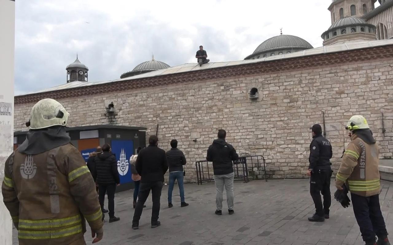 İstanbul Taksim'de cami duvarına çıkan kişi jiletle kendisine zarar verdi