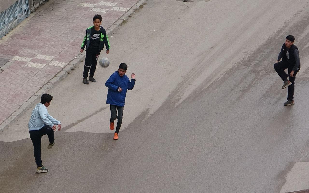 Van'da sokakta top oynadılar! Polisi görünce kaçan çocuklar izleyenleri gülümsetti