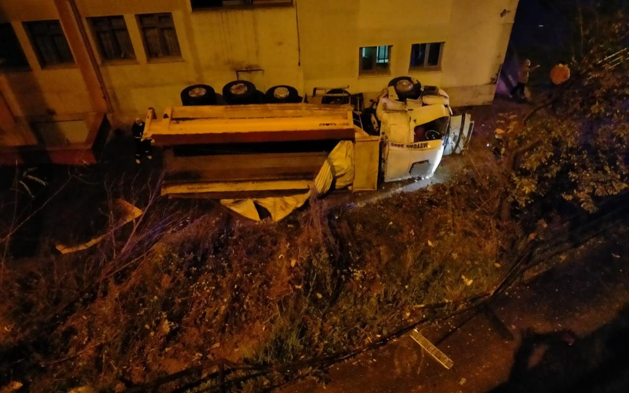 Zonguldak'ta kontrolden çıkan kamyon okul bahçesine uçtu