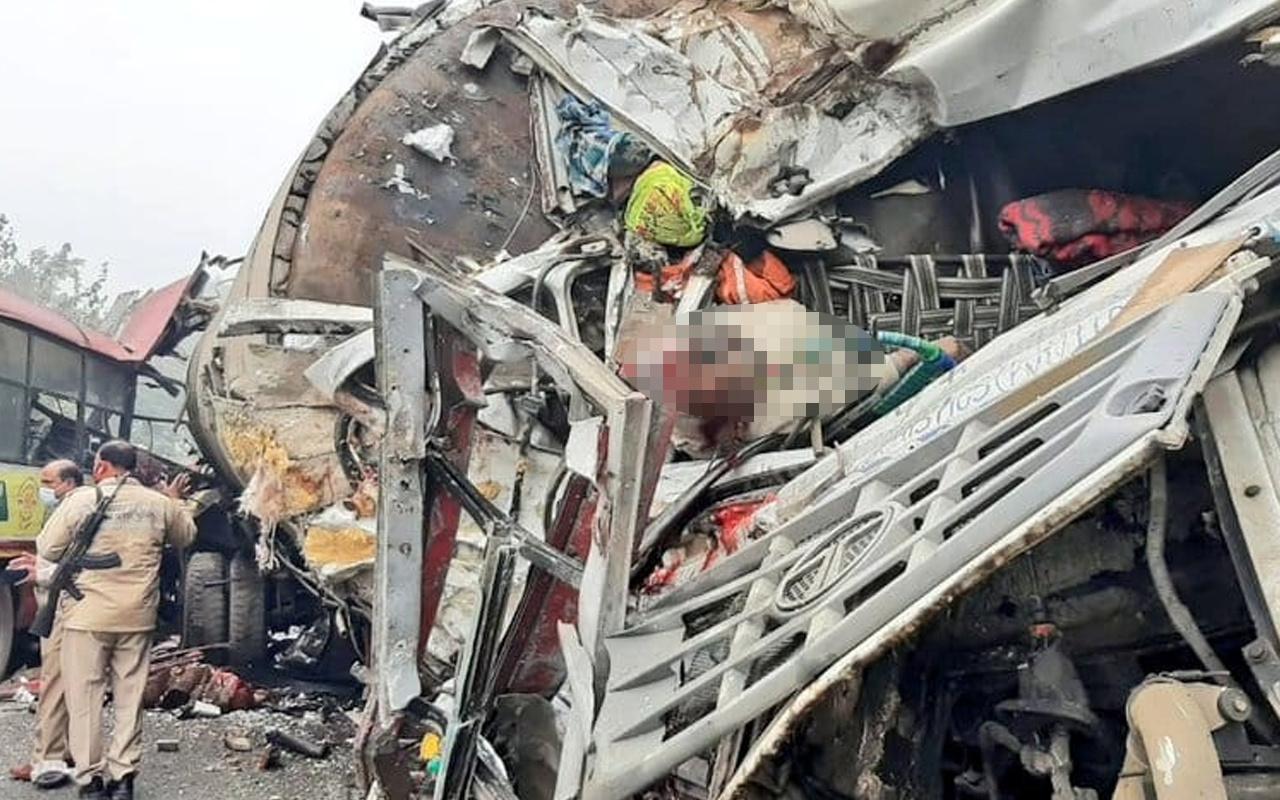 Hindistan'da gaz tankeri otobüsle çarpıştı: Çok sayıda ölü var