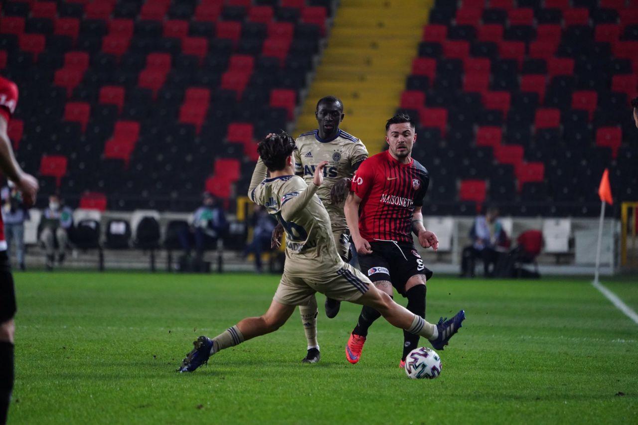 'Ali Koç ve Erol Bulut istifa' diyen Fenerbahçe taraftarı Aykut Kocaman'ı istiyor