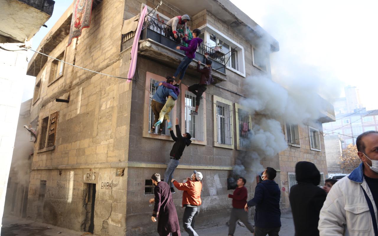 Nevşehir'de yangında balkonda mahsur kalan çocuklar insan zinciriyle kurtarıldı