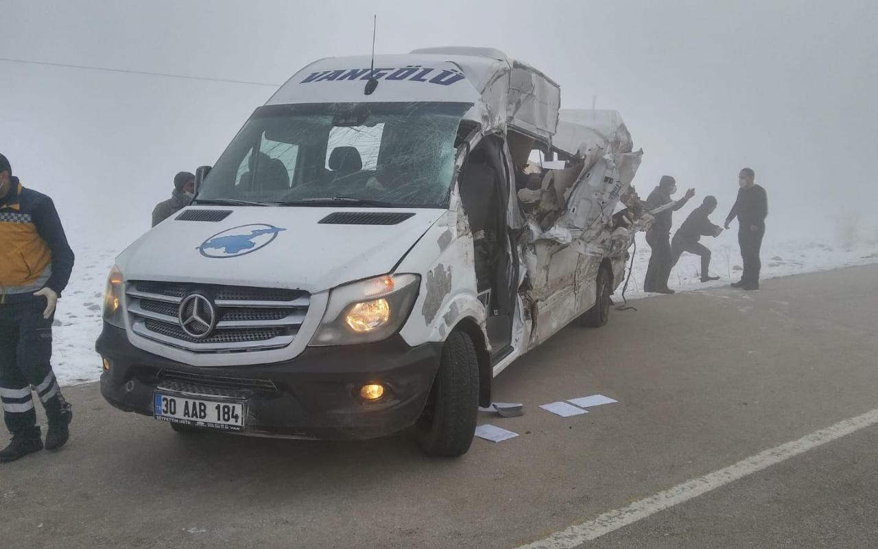 Hakkari'de yolcu minibüsü tırla çarpıştı: 4 ölü, 5 yaralı