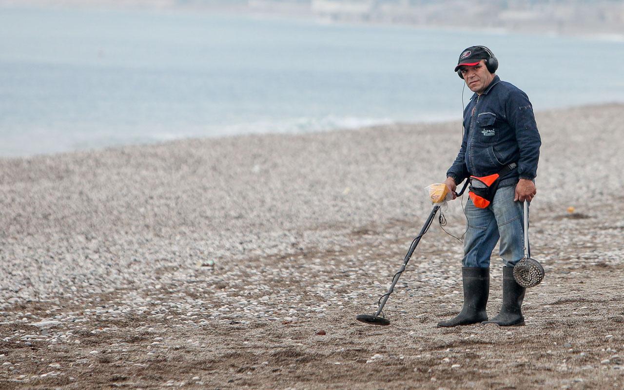 Antalya'da 3 bin lira harcadı plajları altına üstüne getirdi! Bakın ne buldu
