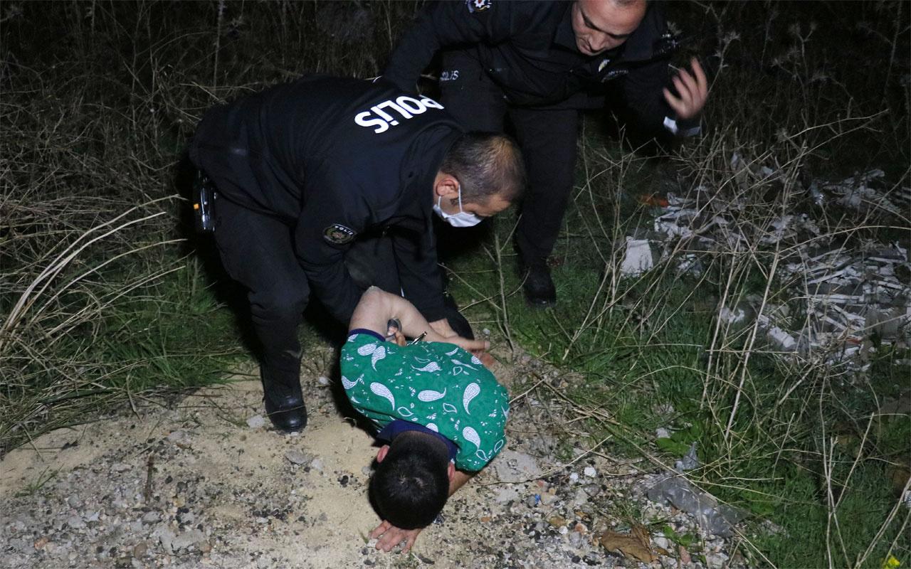 Adana'da polisten kaçarken yolun bittiğini görmeyip otomobille tarlaya düştüler