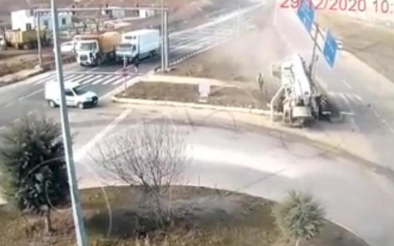 Elazığ'da 4 kişinin yaralandığı feci kaza kamerada! Hurdaya döndü
