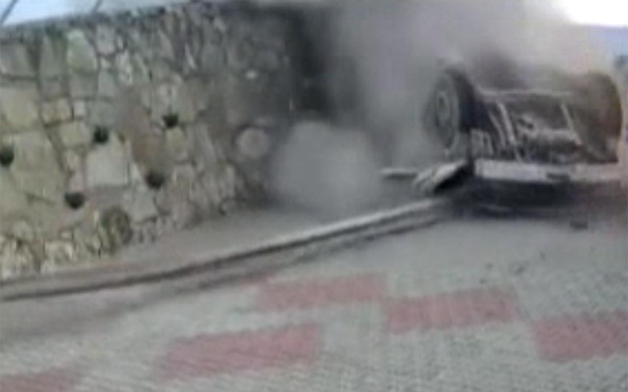 Sakarya'da kontrolden çıkan kamyonun devrildiği feci kaza kamerada