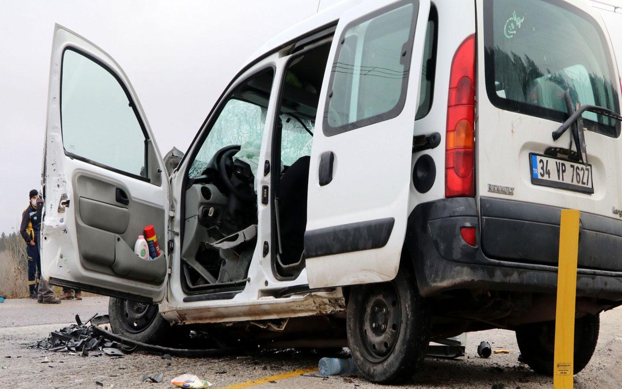 Çankırı'da feci kaza! Hafif ticari araç ile otomobil çarpıştı: 2 ölü, 4 yaralı
