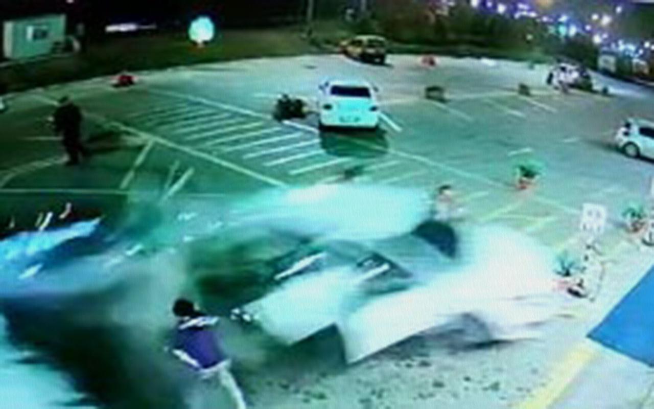 Kocaeli'de bir kişi eşine sinirlenip ciple dinlenme tesisine daldı 1 ölü 8 yaralı
