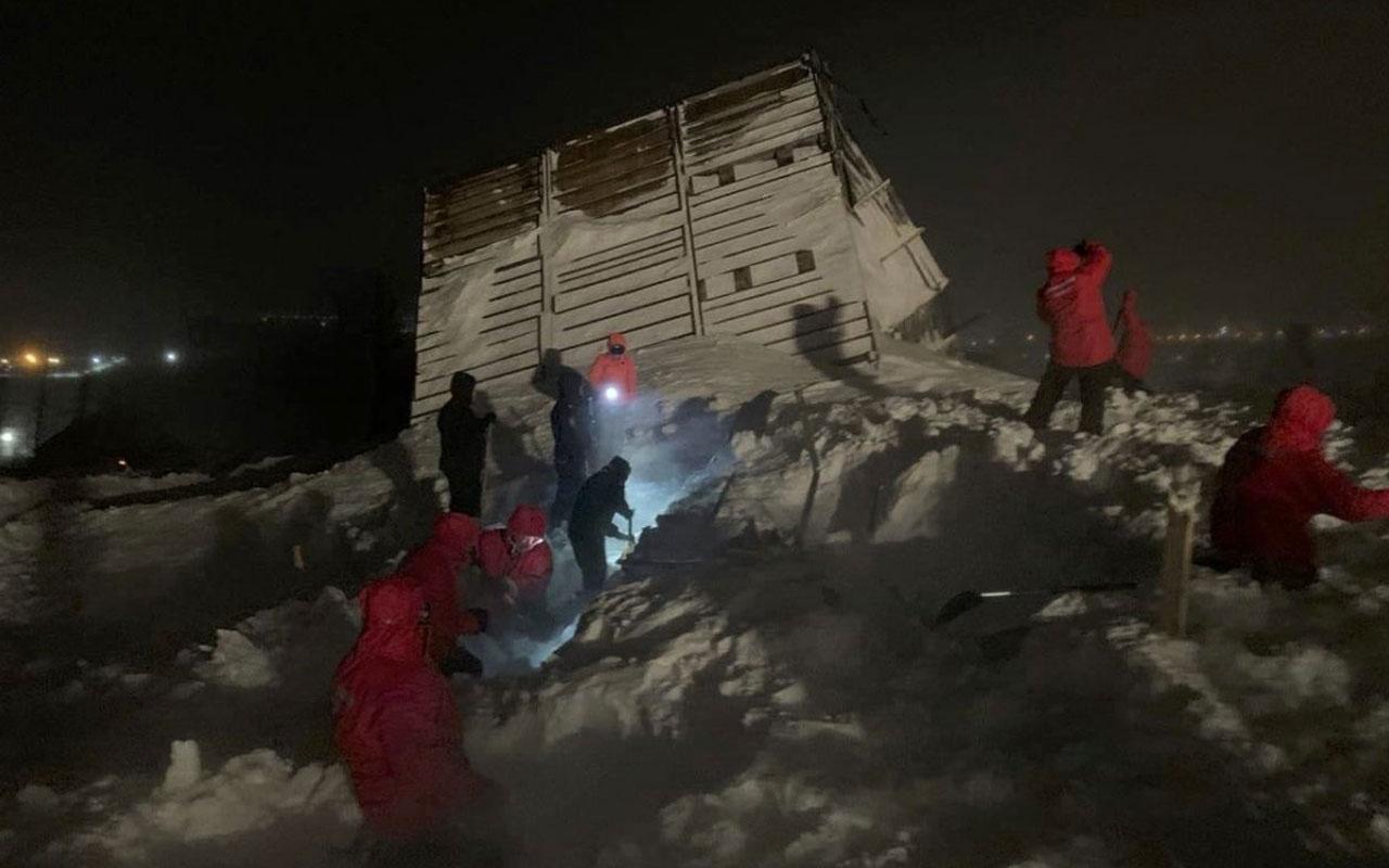 Rusya'da kayak merkezine çığ düştü: 5 ev kar altında kaldı