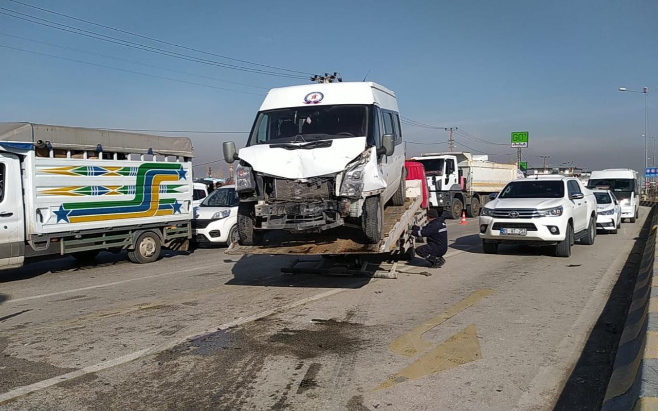 Van'da feci kaza! İki minibüs çarpıştı: Çok sayıda yaralı var
