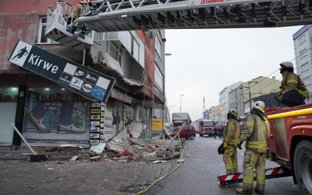 Sultangazi'de binanın balkonu aniden çöktü