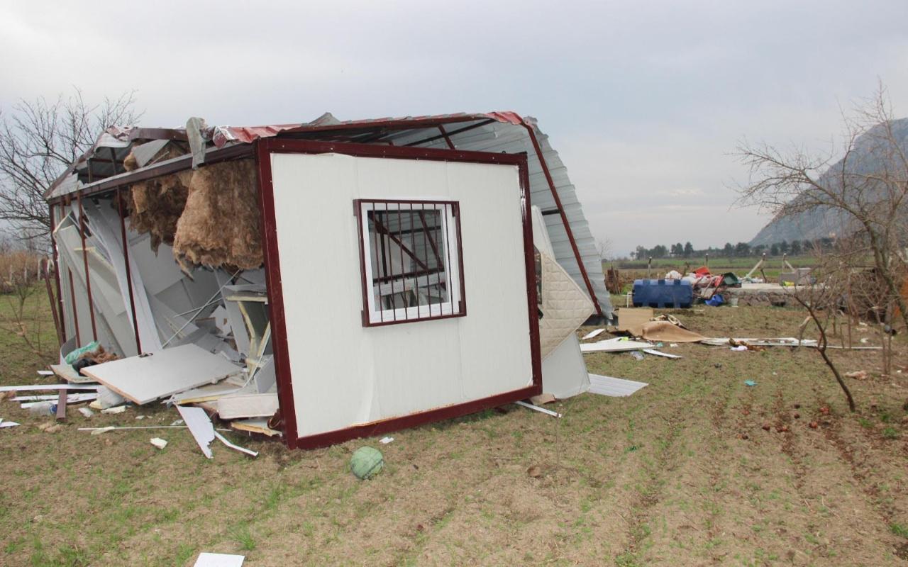 Manisa'da fırtına konteyner evi 30 metre uçurdu