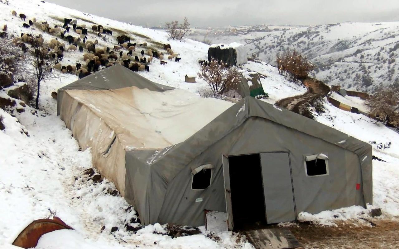 Ankara'da kar yağdı çadır çöktü! Durumu fark edince dışarıya çıkararak kurtardı