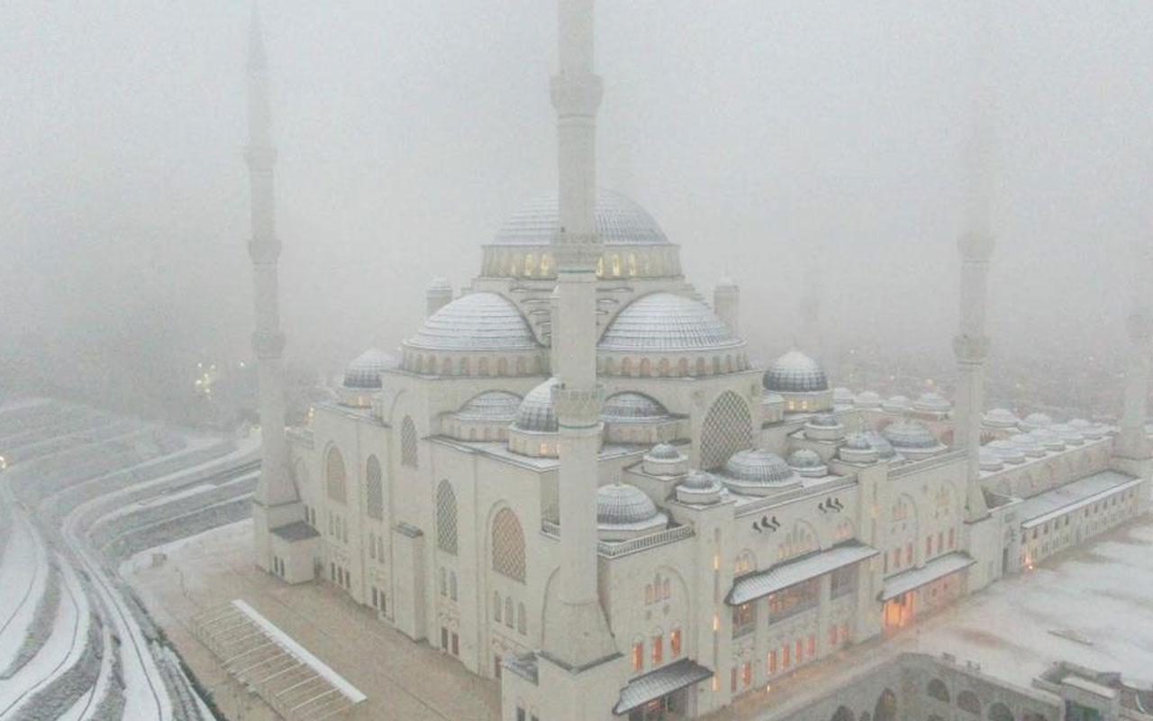 Beyaz örtüye bürünen Çamlıca Camii havadan görüntülendi