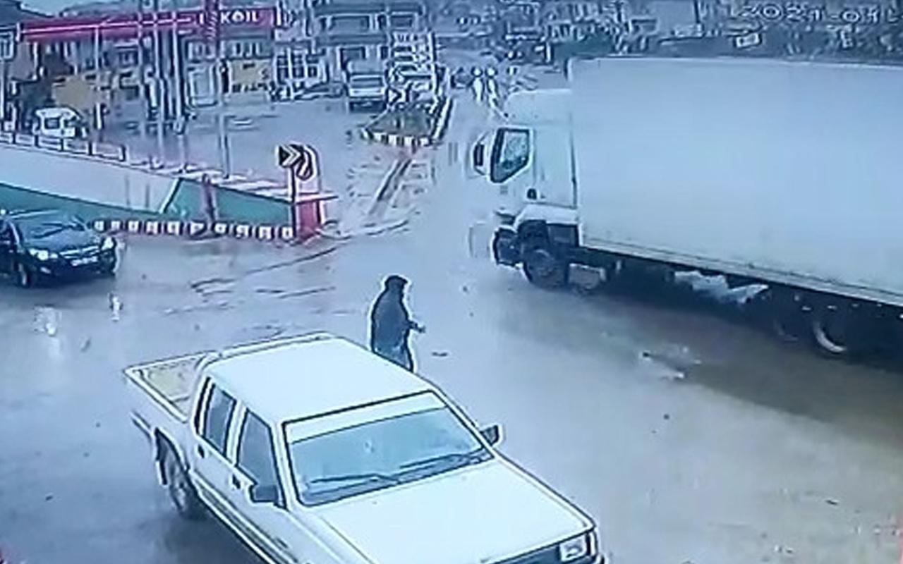 Bursa'da feci kaza! TIR petrol istasyonuna daldı işte o anlar
