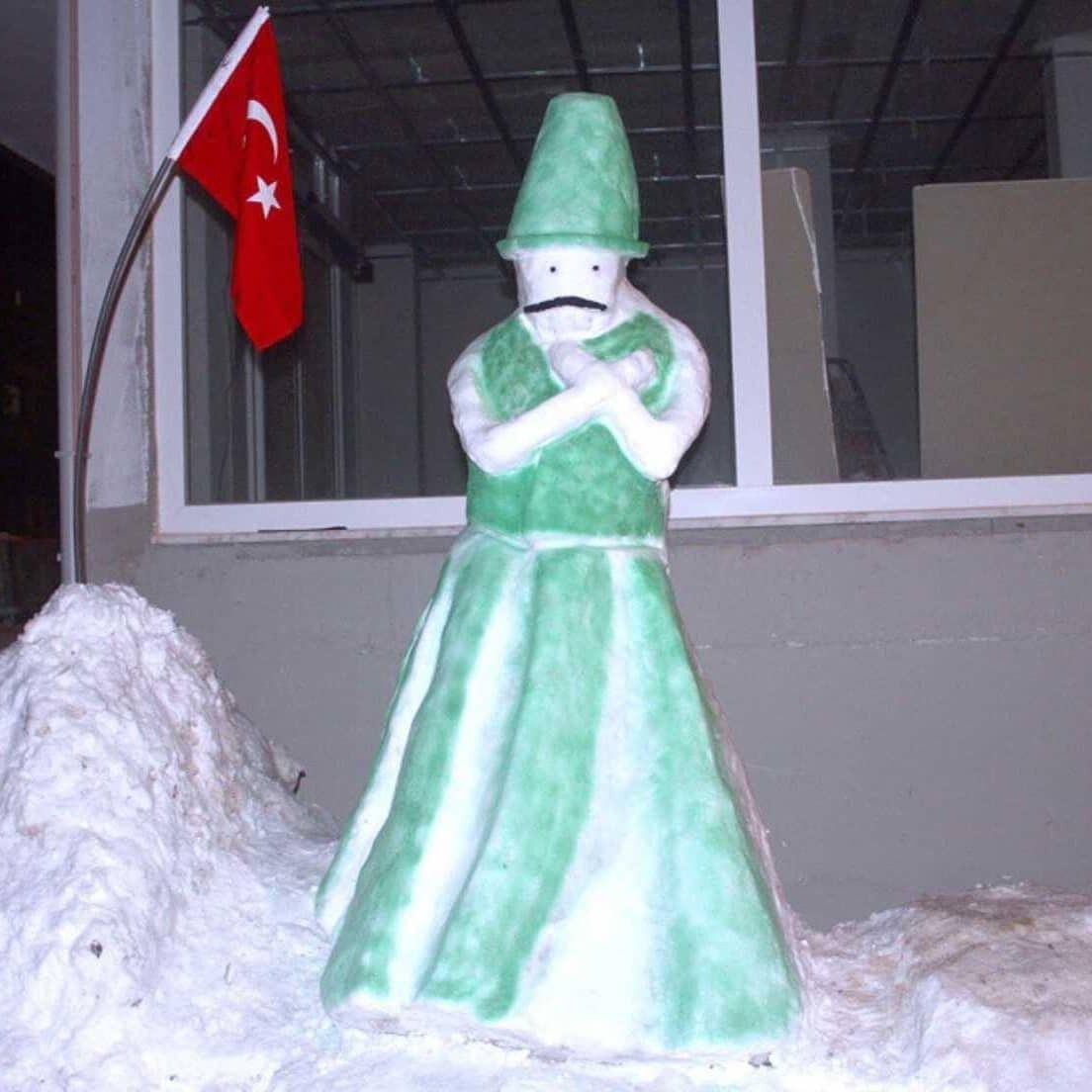 Bursa'da hayal gücünü zorlayan kardan adamlar! Kimi amuda kalkı kimi halay çekti