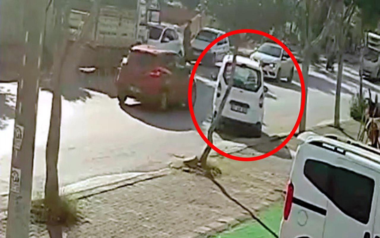 Antalya'da otomobil kaldırımdan yola indi trafiği birbirine kattı! O anlar kamerada