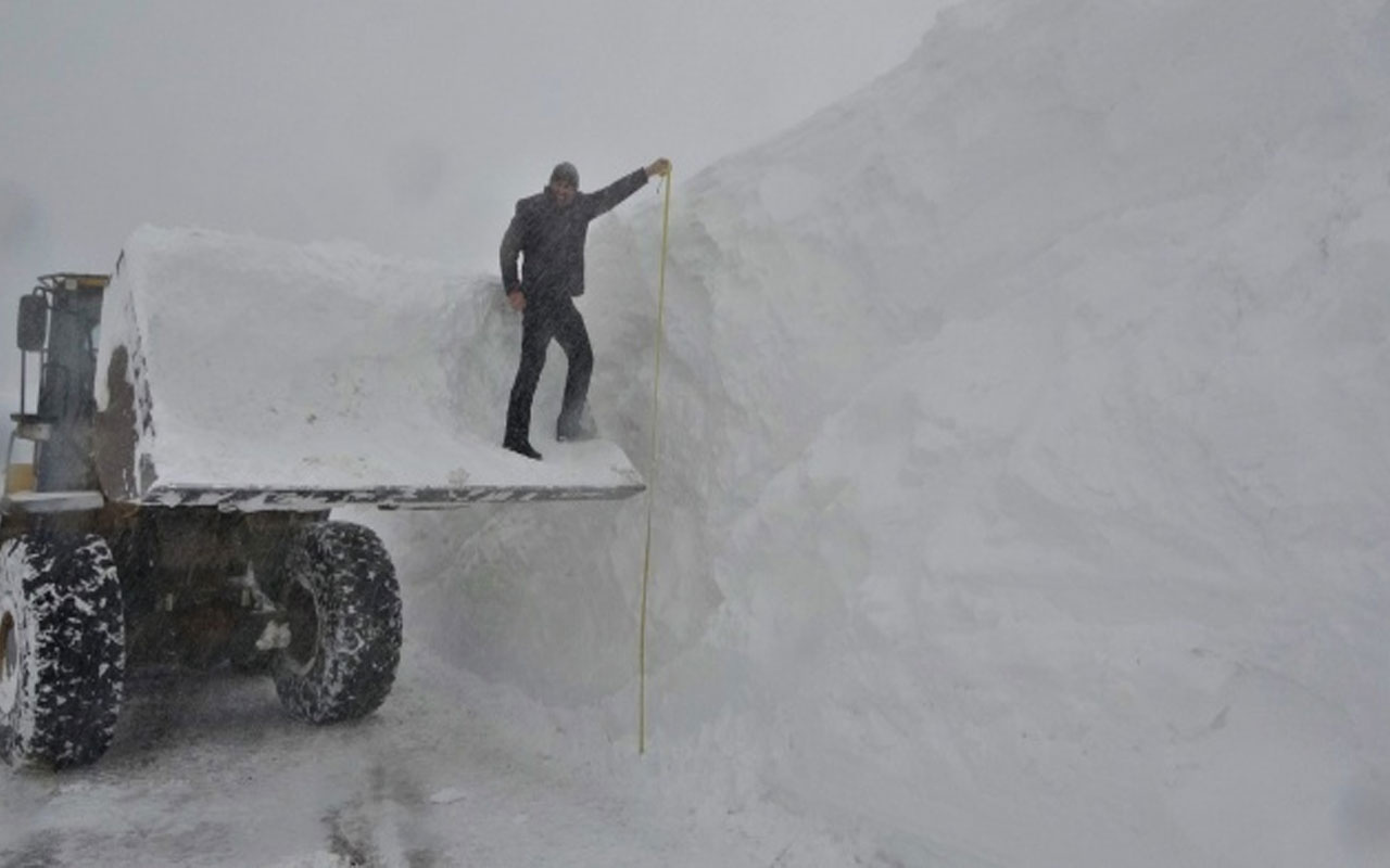 Muş'ta karla mücadele! Kar kalınlığı iş makinelerinin boyunu aştı