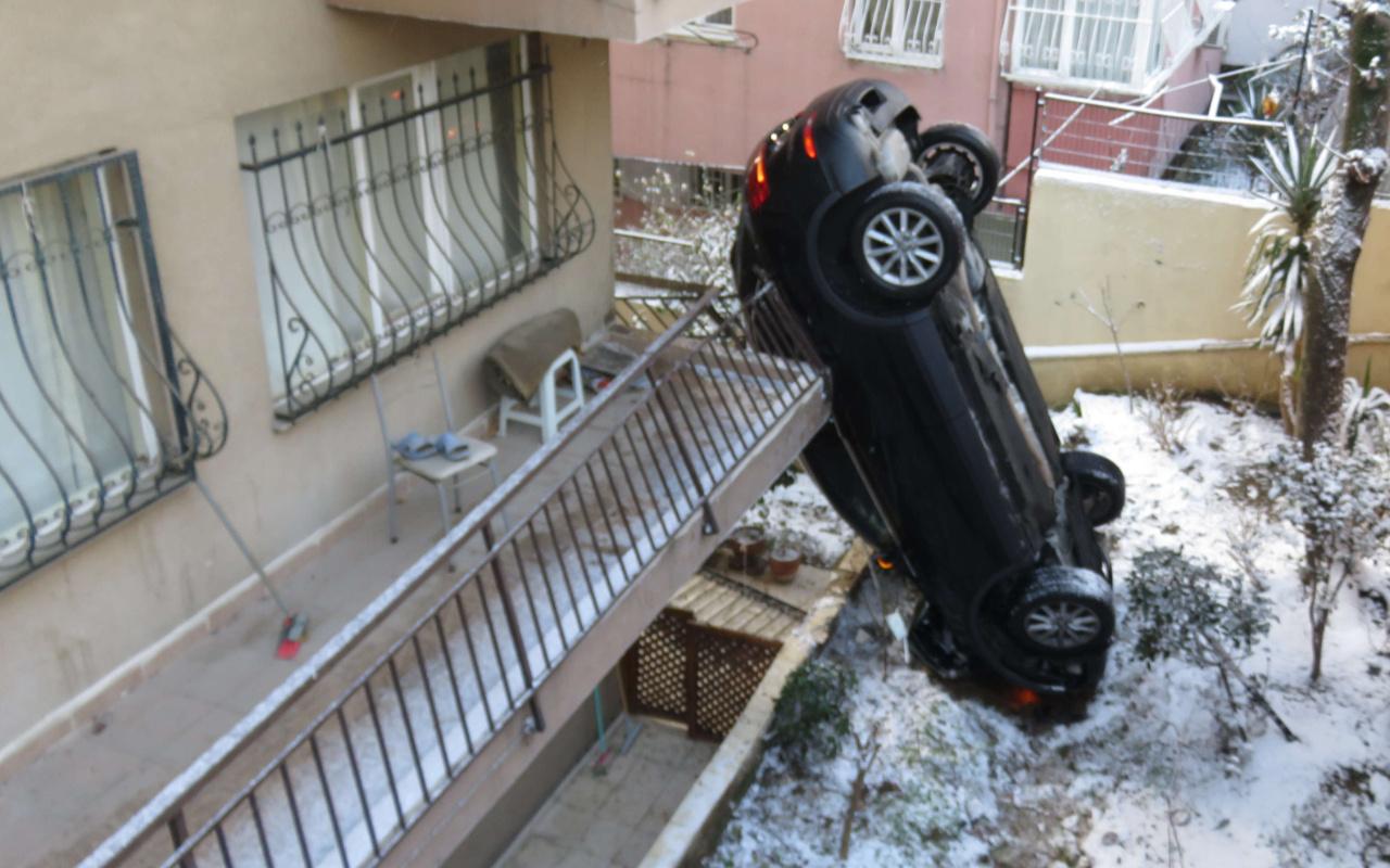 Üsküdar'da akılalmaz kaza! 10 metre kaydı bahçeye uçtu dik durdu