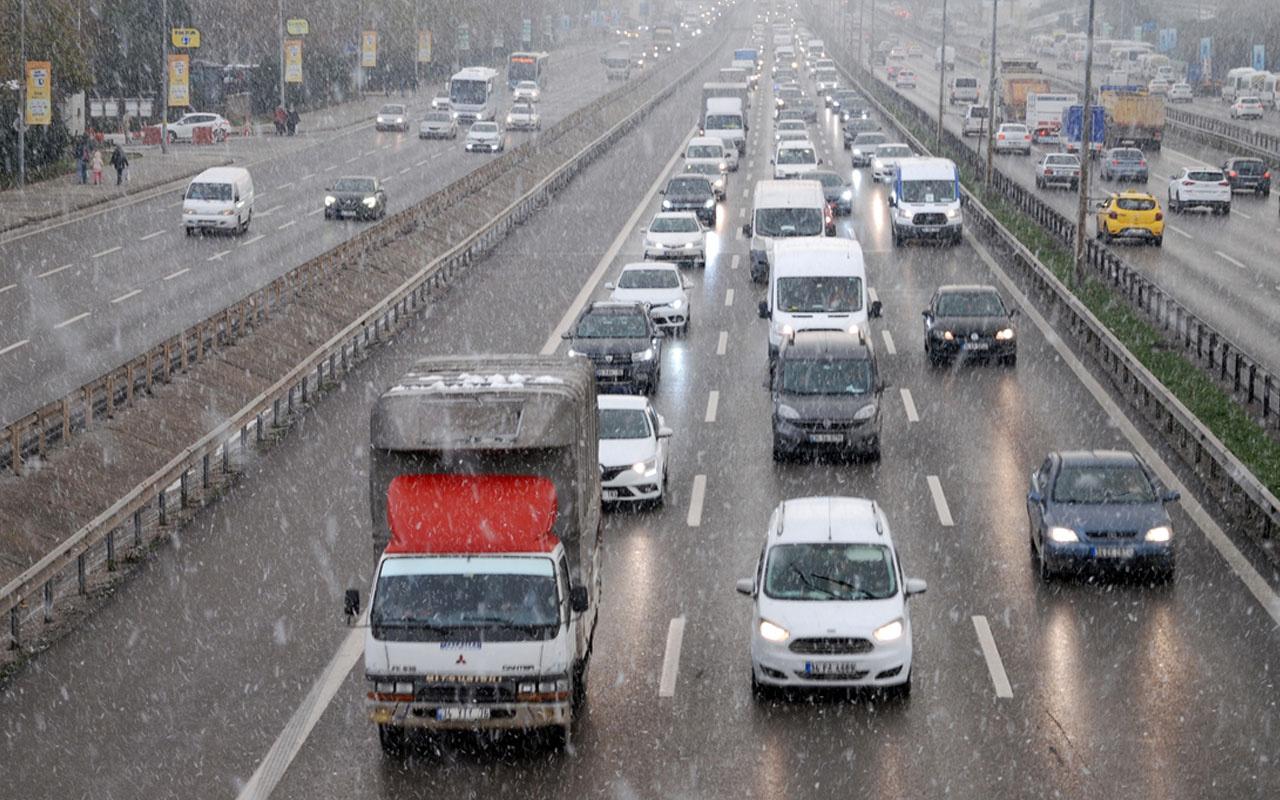 Yollar buz tuttu! İstanbul'un bazı ilçelerinde kar yağışı etkili oluyor