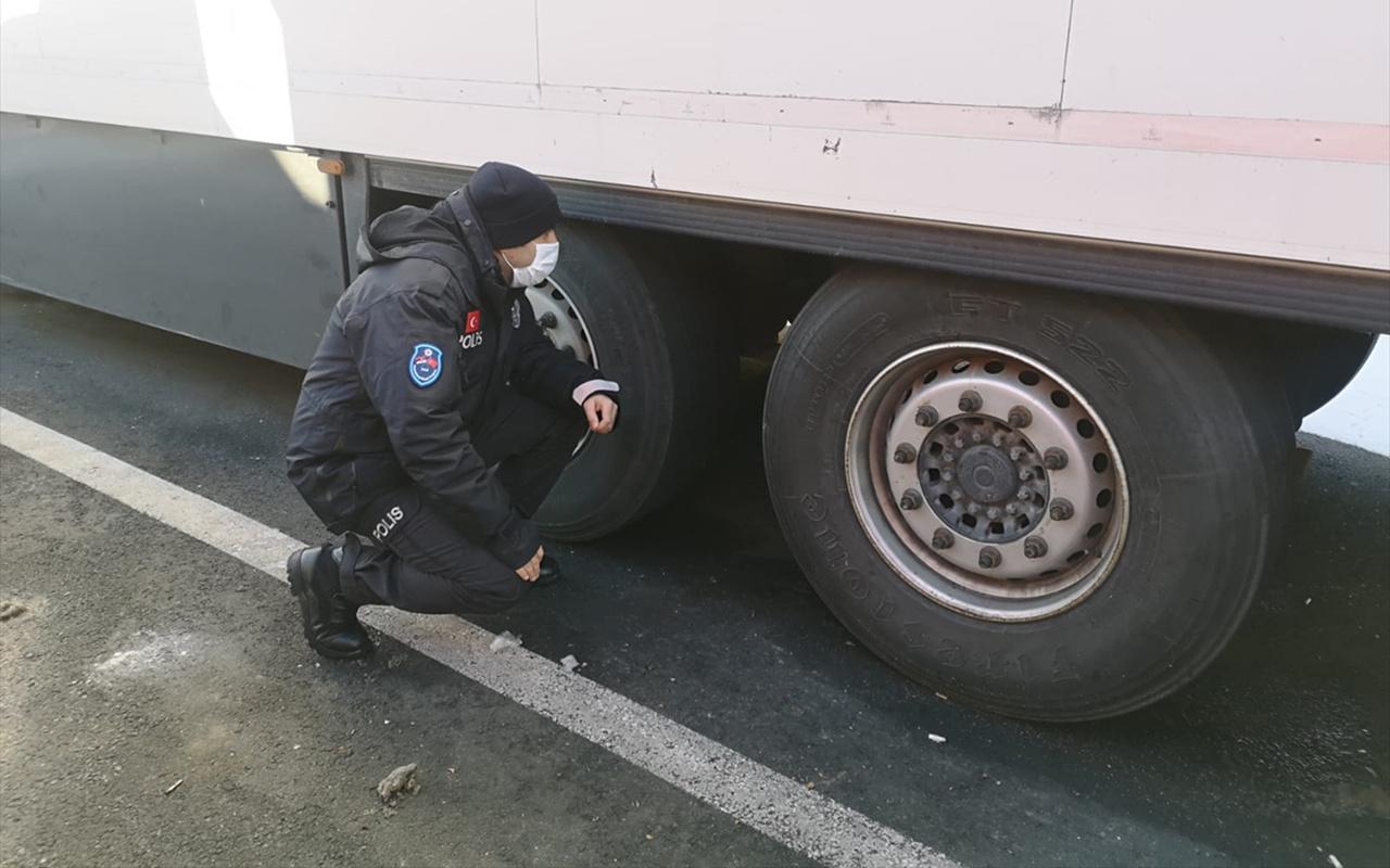 Sırbistan'da görev yapan Türk polisi düzensiz göçmenleri donmaktan kurtardı