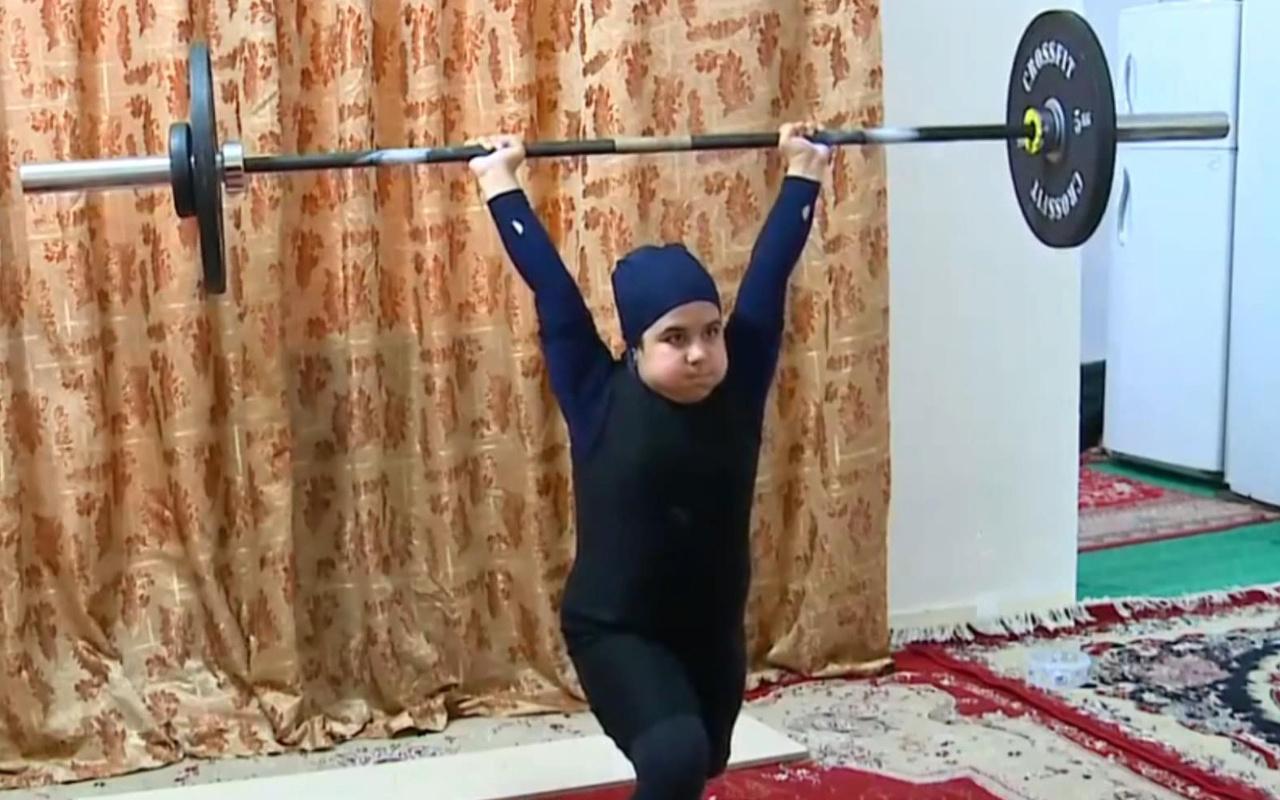 İran'da en güçlü çocuk ilan edildi! Bakın kaç kilo kaldırdı