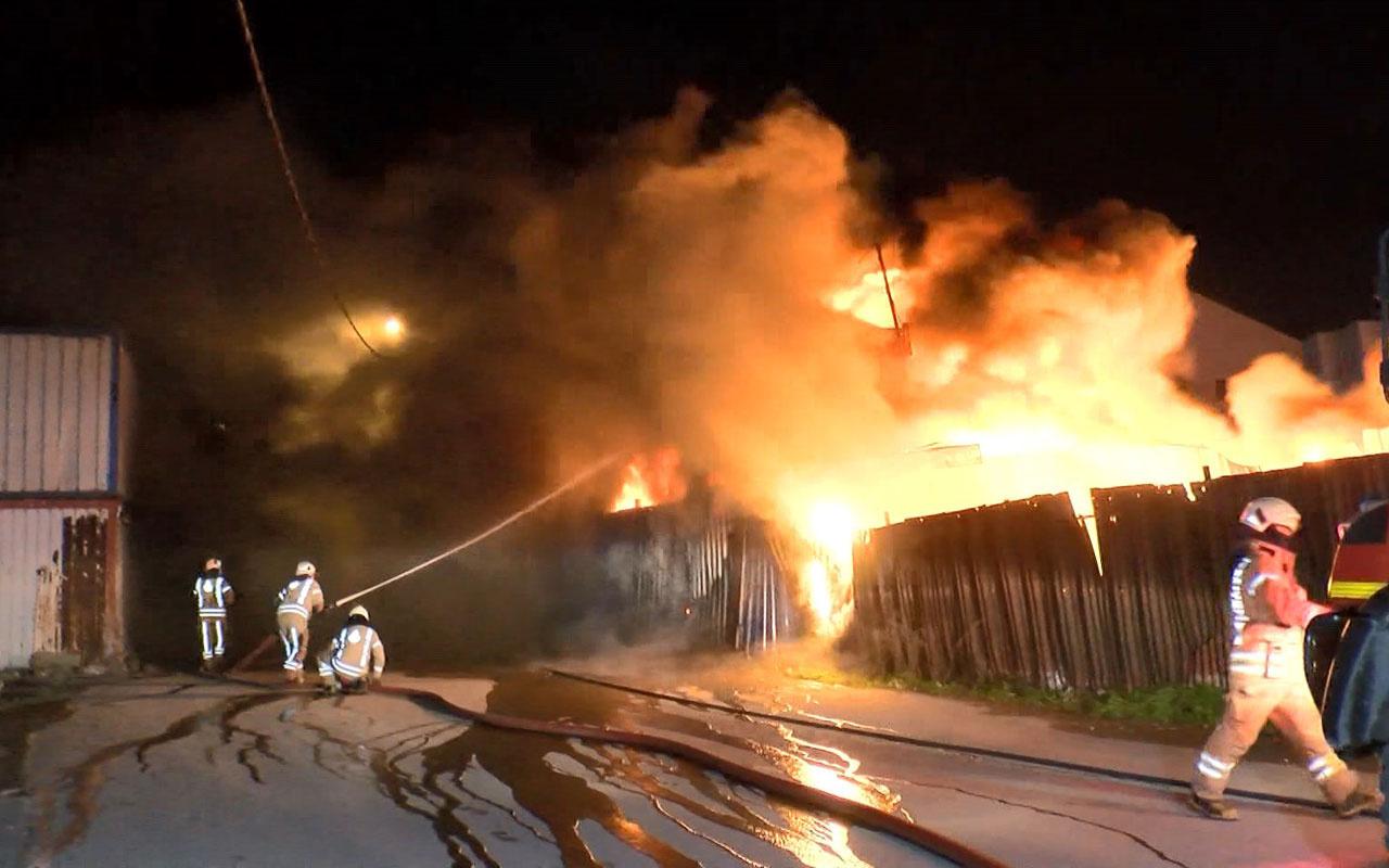 Ümraniye'de geri dönüşüm tesisinin deposu alev alev yandı
