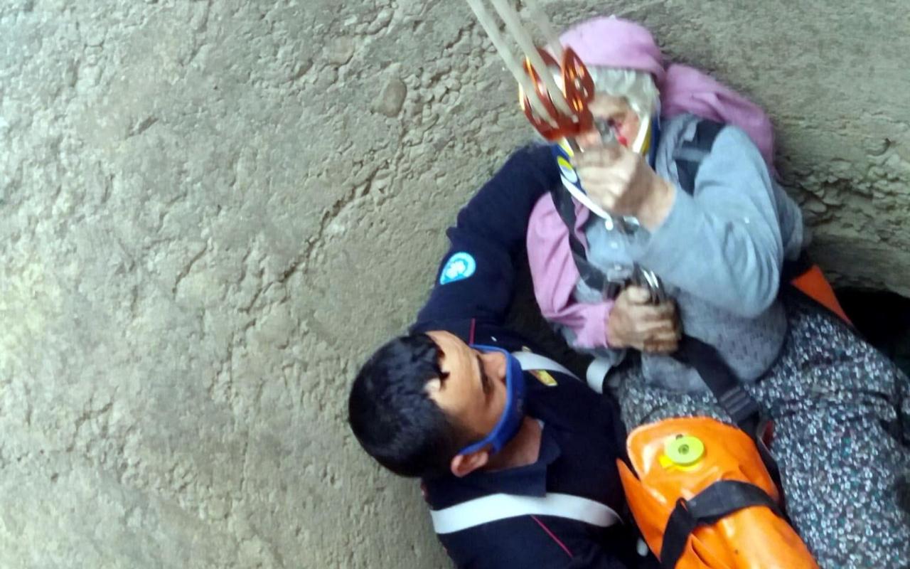 Manisa'da 70 yaşındaki Fadime teyzeyi düştüğü kuyudan itfaiye kurtardı