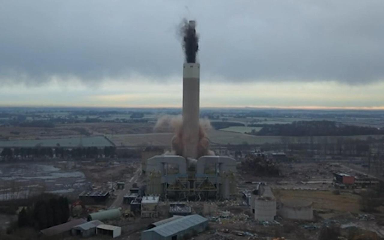 İngiltere 182 metrelik dev elektrik santrali bacası 4 saniyede yıkıldı
