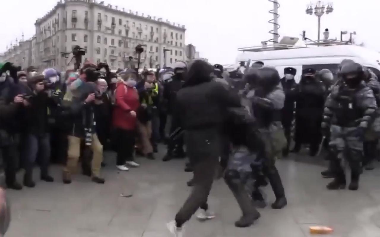 Çeçen genç Rus polisine tek başına karşı koydu