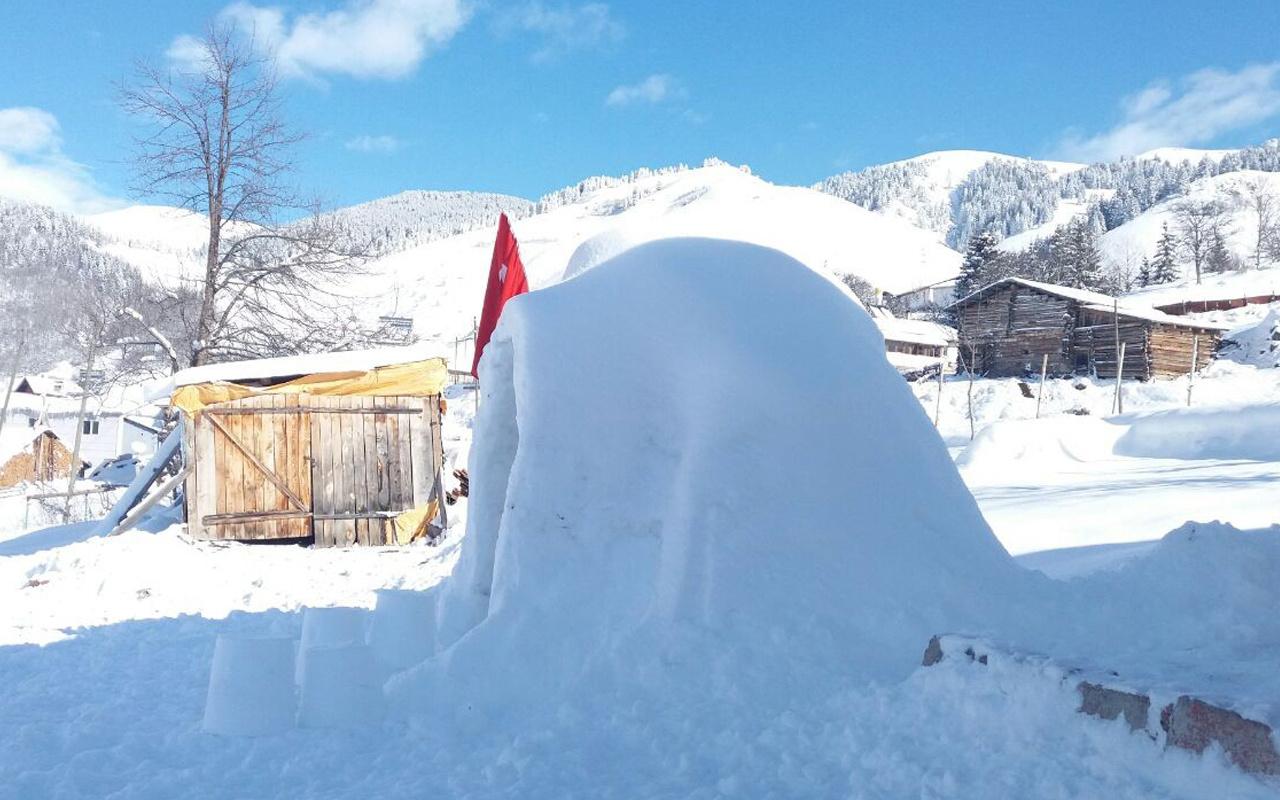 Artvin'de kardan adamdan sıkıldı! İnternetten araştırdı kovayla yaptı