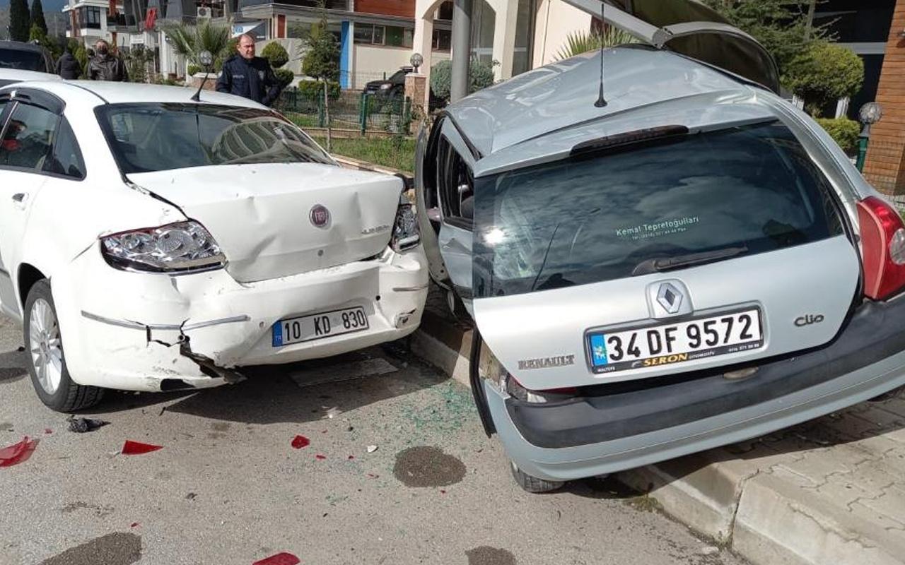 Balıkesir'de kız arkadaşıyla gezintiye çıkan ehliyetsiz sürücü polisten kaçarken kaza yaptı