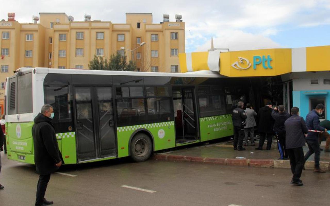 Adana'da korkunç kaza! Ok gibi PTT'ye saplandı: Çığlık çığlığa bağırıyordu