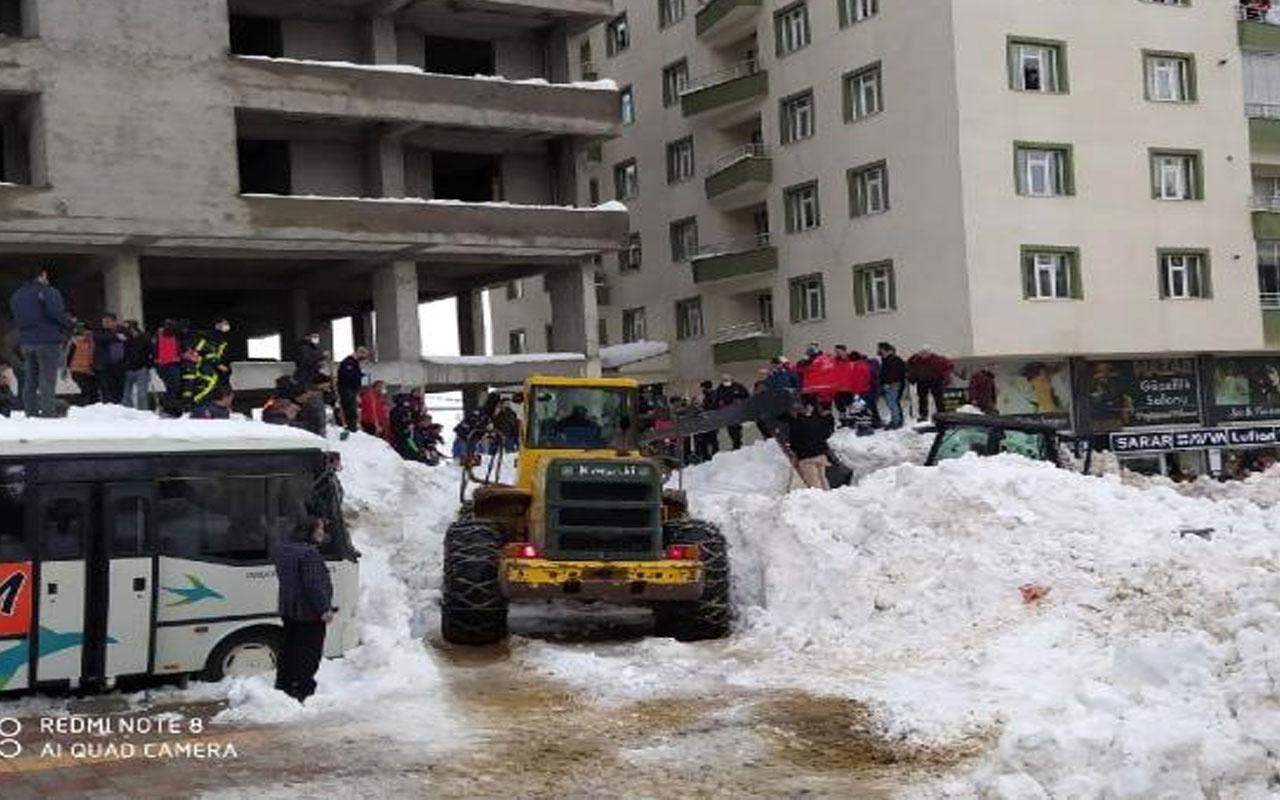 Bitlis'te facia! Çatıdan tonlarca kar kütlesi düştü yaralı çocuklar var