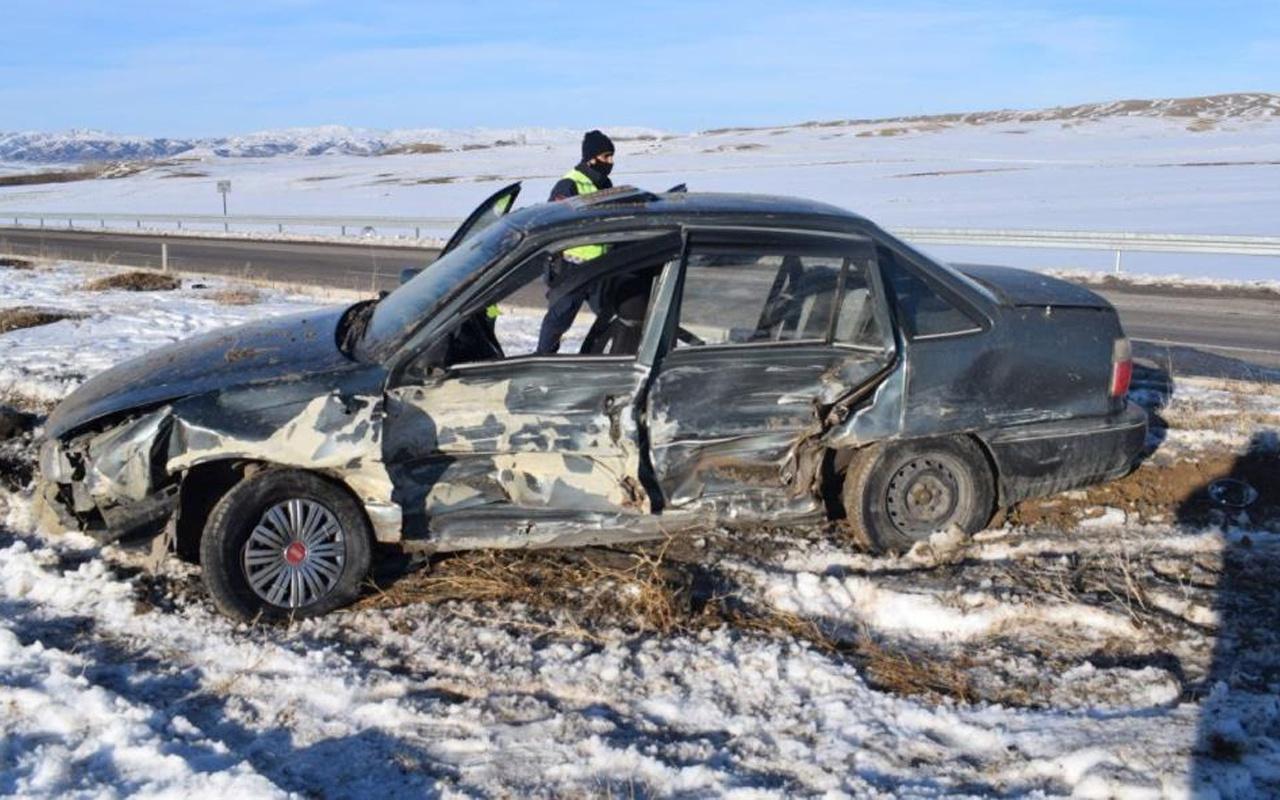 Sivas'ta 2 otomobil çarpıştı: Çok sayıda yaralı var