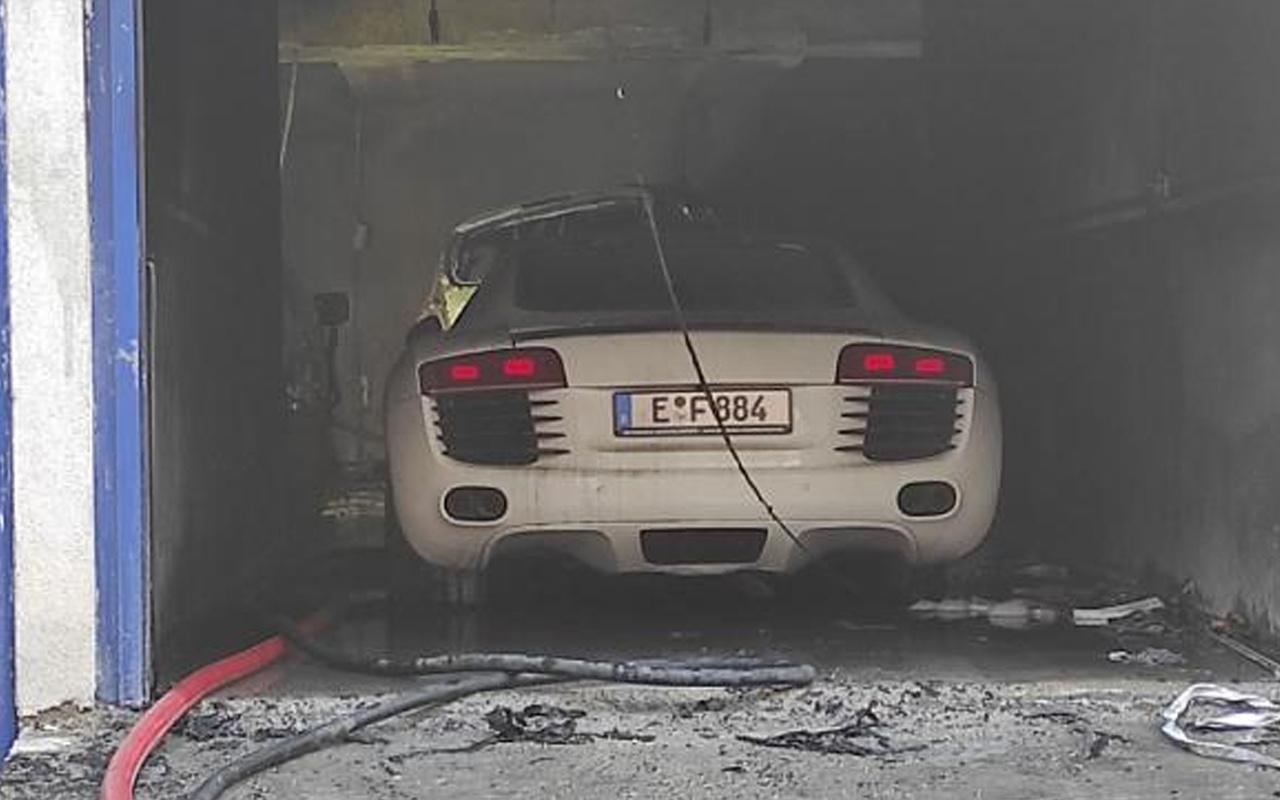 Kağıthane'de yangın: Milyonluk lüks araç zarar gördü