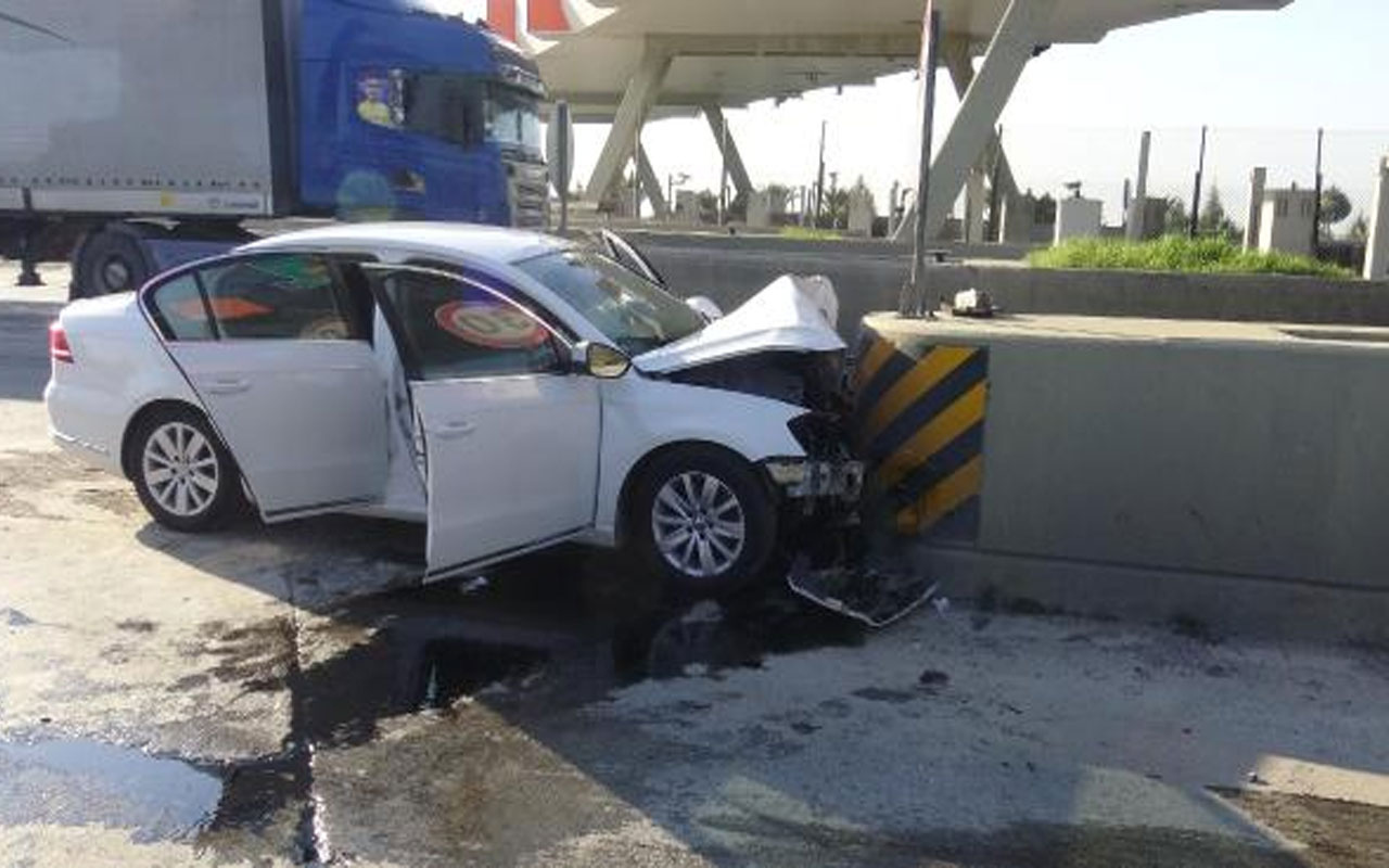 Aydın'da feci kaza! Otomobil otoyol gişelerine çarptı ölenler var
