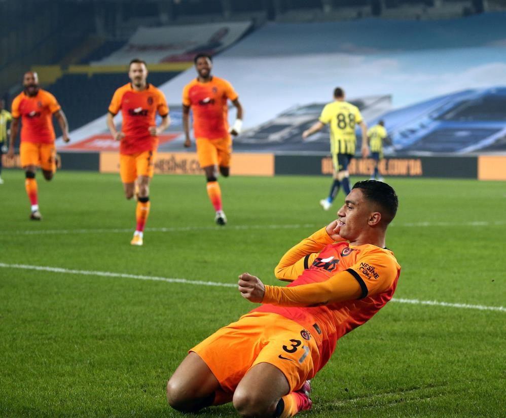 Galatasaraylılar 'Mesut olduk' diyor Fenerbahçeliler Cüneyt Çakır'a tepkili