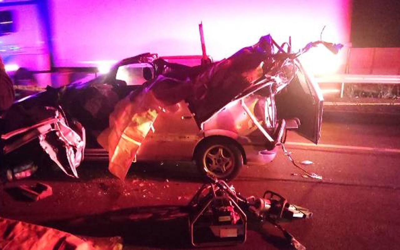 Konya'da kavşakta dönen TIR'a otomobil çarptı! 3 kişi hayatını kaybetti