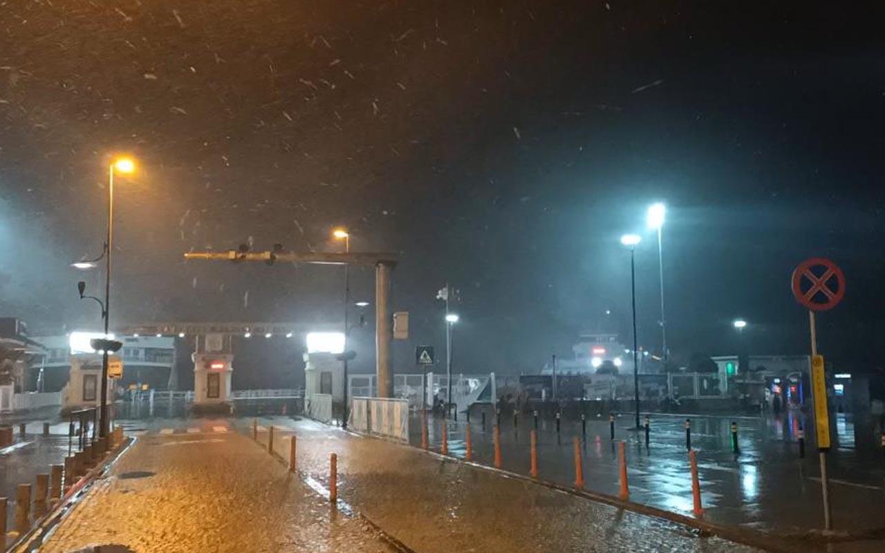 Çanakkale Boğazı'nda gemi geçişlerine kar engeli: Çift yönlü olarak durduruldu