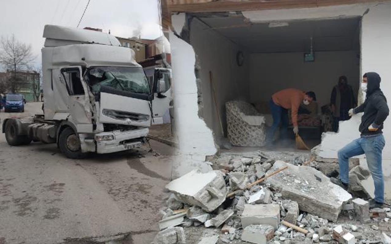 Bursa'da televizyon izlerken kabusu yaşadı! TIR tek katlı eve girdi