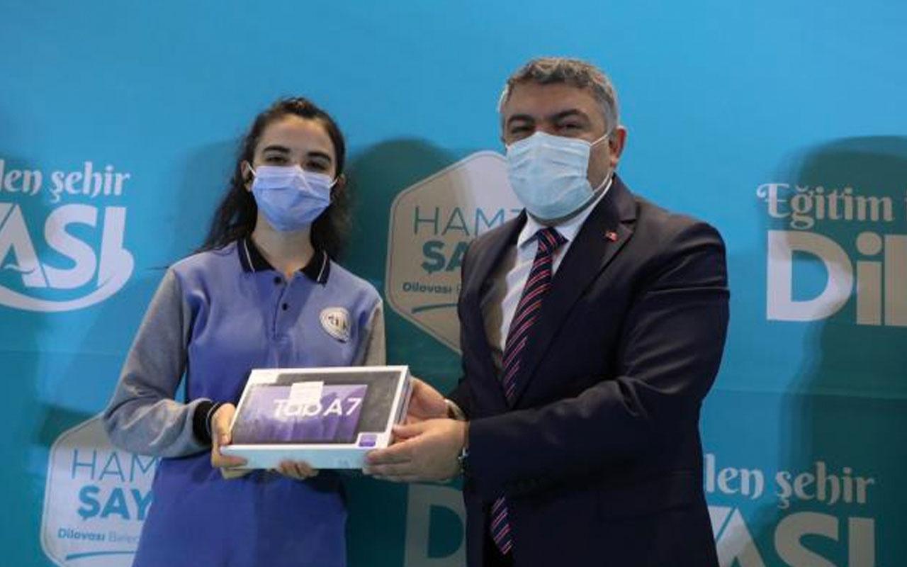 Dilovası Belediye Başkanı Hamza Şair ilçedeki 10 bin öğrenciye tablet dağıttı
