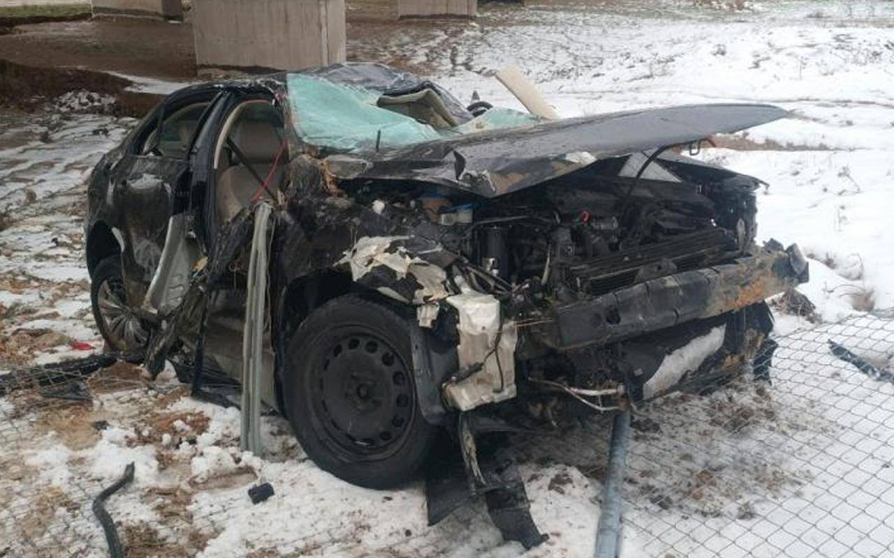 Bursa'da otomobil demir bariyerlere çarptı hurdaya döndü: Ölü ve yaralı var