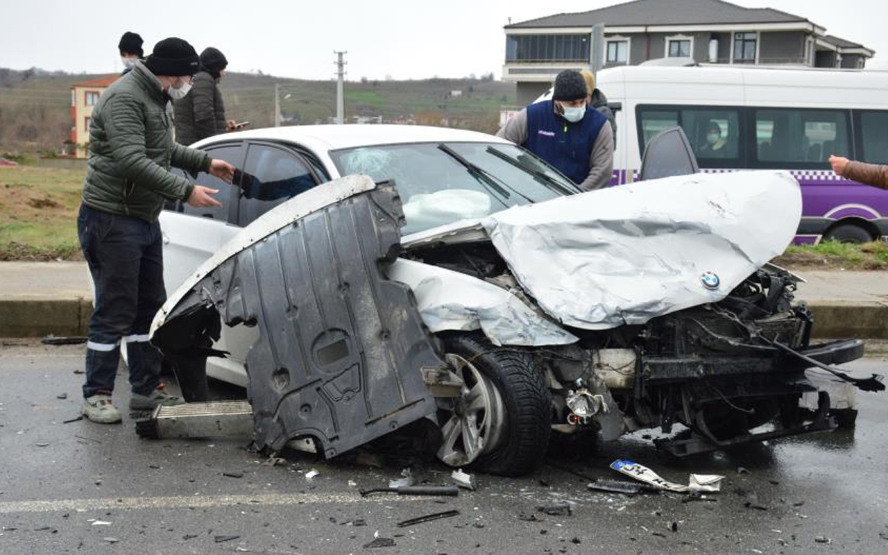 Sakarya'da feci kaza! 2 lüks araç birbirine girdi: Yaralılar var