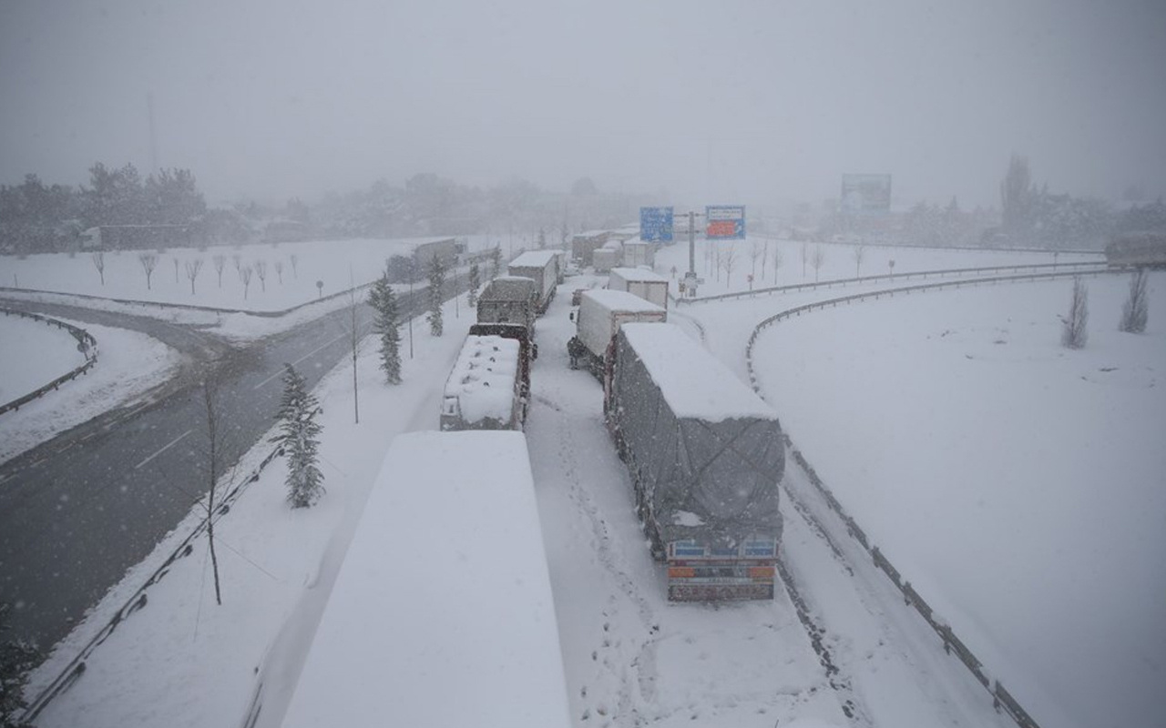 Balıkesir-Bursa karayolu felç! Kar esareti 25 kilometrelik kuyruk oluşturdu