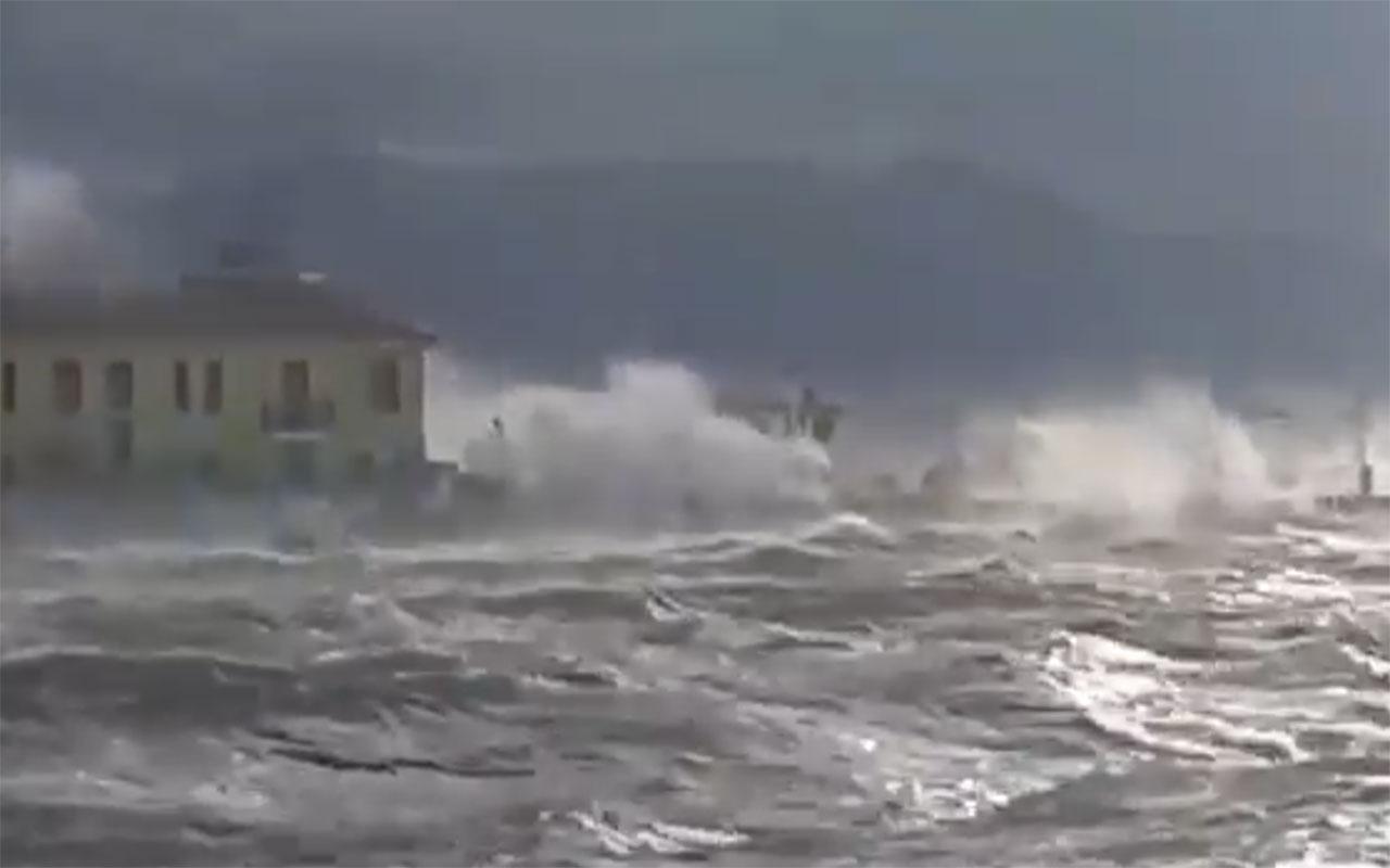 İzmir'de şiddetli rüzgar ve fırtına! Pasaport İskelesi'nden tüyler ürperten görüntüler