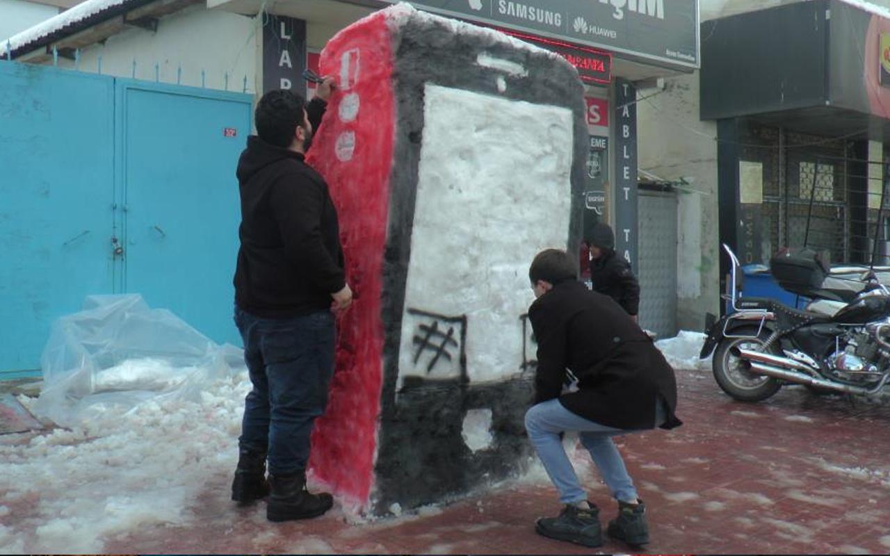 İstanbul'da kardan öyle bir şey yaptı ki gören inanamadı! 2 metre boyunda