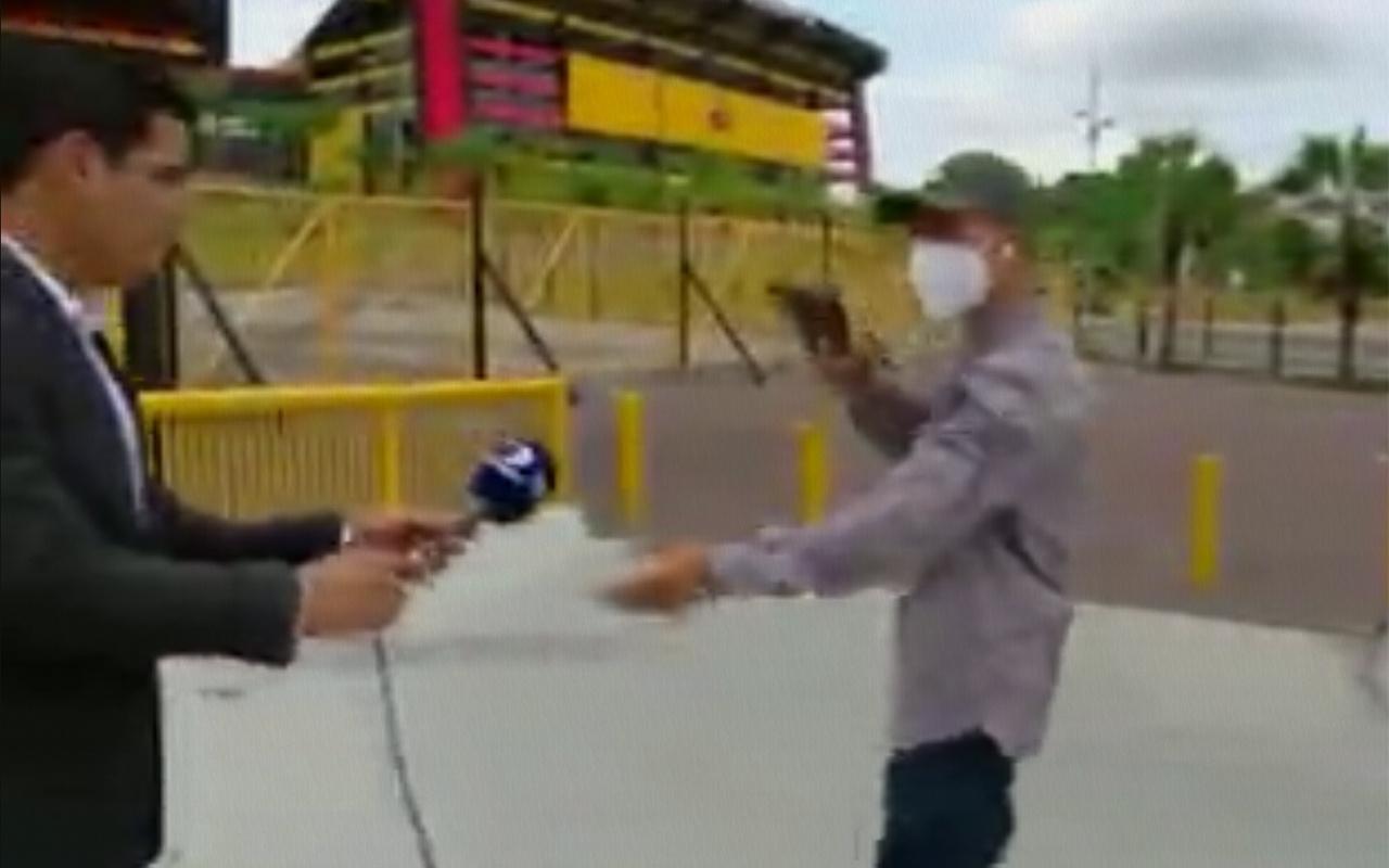 Ekvador'da muhabir canlı yayındayken soyuldu