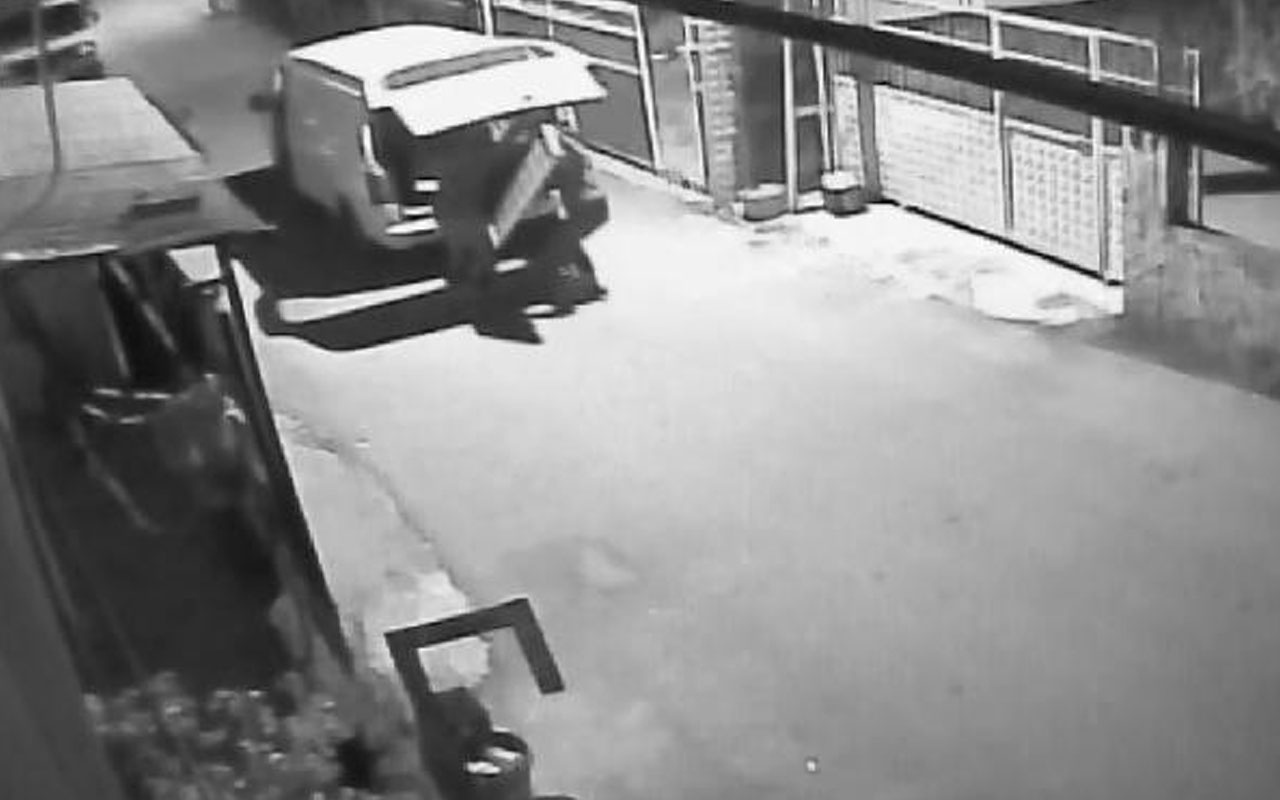 Adana'da demir kapı hırsızı kardeşler suçüstü yakalandı